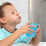 Как научить ребенка полоскать горло.