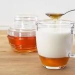 Молоко с добавлением сливочного масла, мёда и соды.